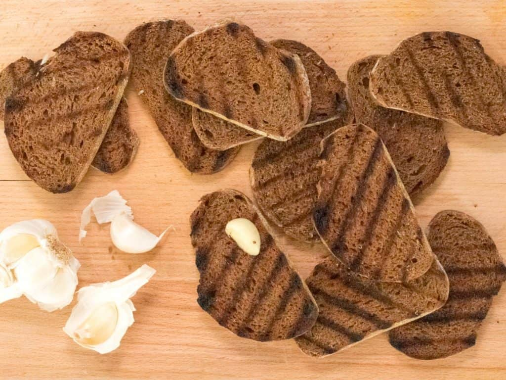 Toasted wholemeal bread with garlic cloves
